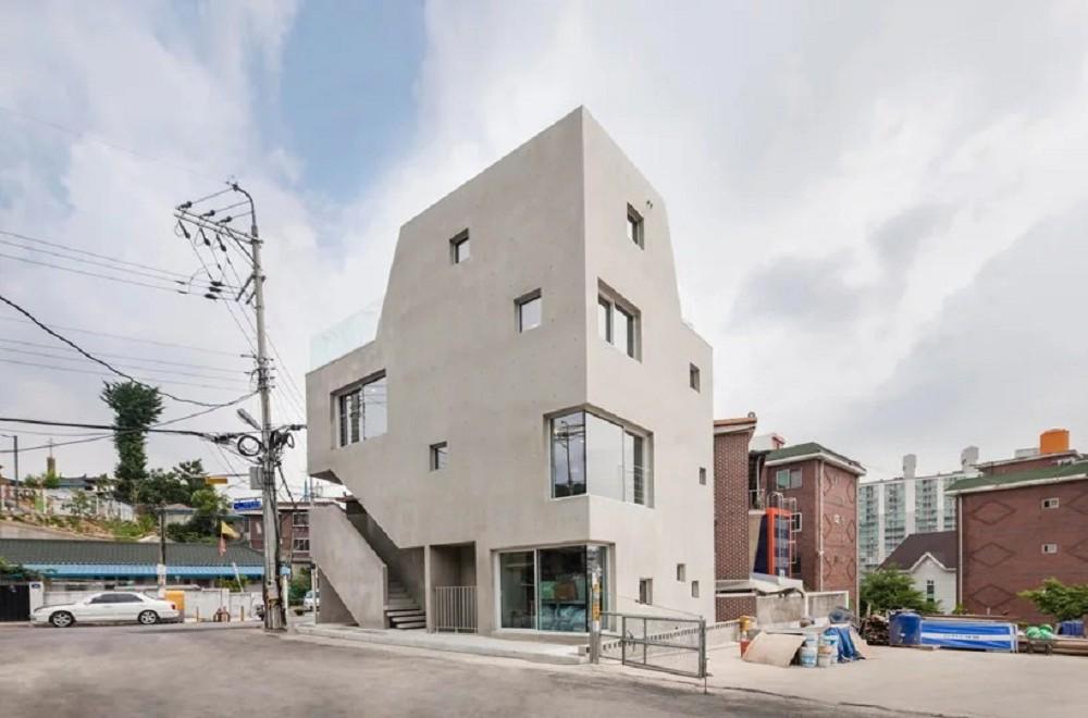 小坪數極大化利用!韓國京畿道山區的混凝土建築 28坪三角形地融合住家與辦公空間