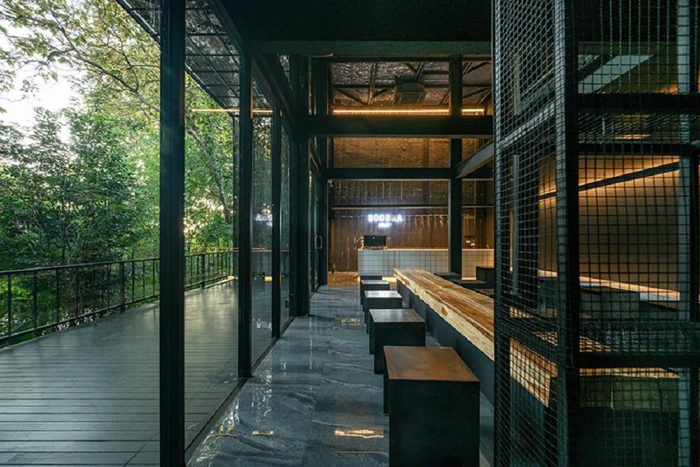 藏身樹林的絕美咖啡廳!清邁「Boonma Café」翻新空間 在滿室綠意植物環繞啜飲咖啡_03