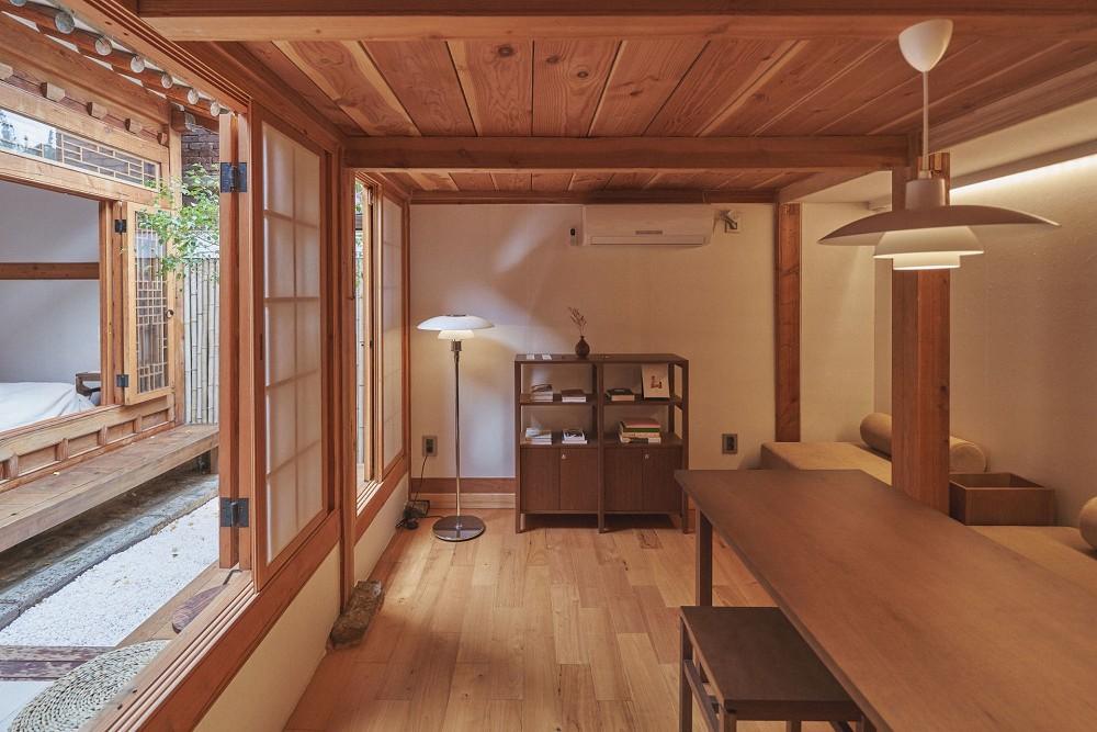 首爾西村清幽韓屋旅店OF.ONEBOOKSTAY!古樸庭院、溫潤木質構成的12坪老宅空間_09