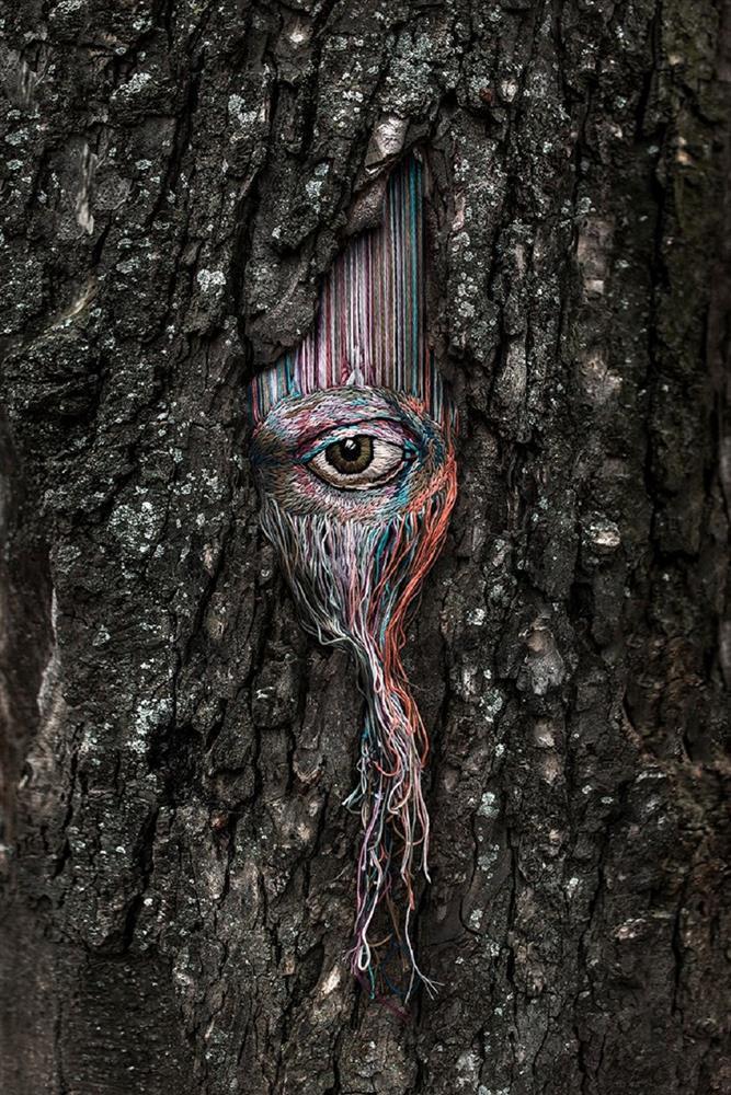 為受傷的樹木輕柔包紮!烏克蘭藝術家Diana Yevtukh創作系列刺繡作品化成最美紗布