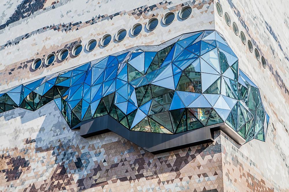 宛如城市中的璀璨寶石!OMA操刀首爾Galleria百貨光教店  多稜彩色玻璃立面、馬賽克石材成亮點_08