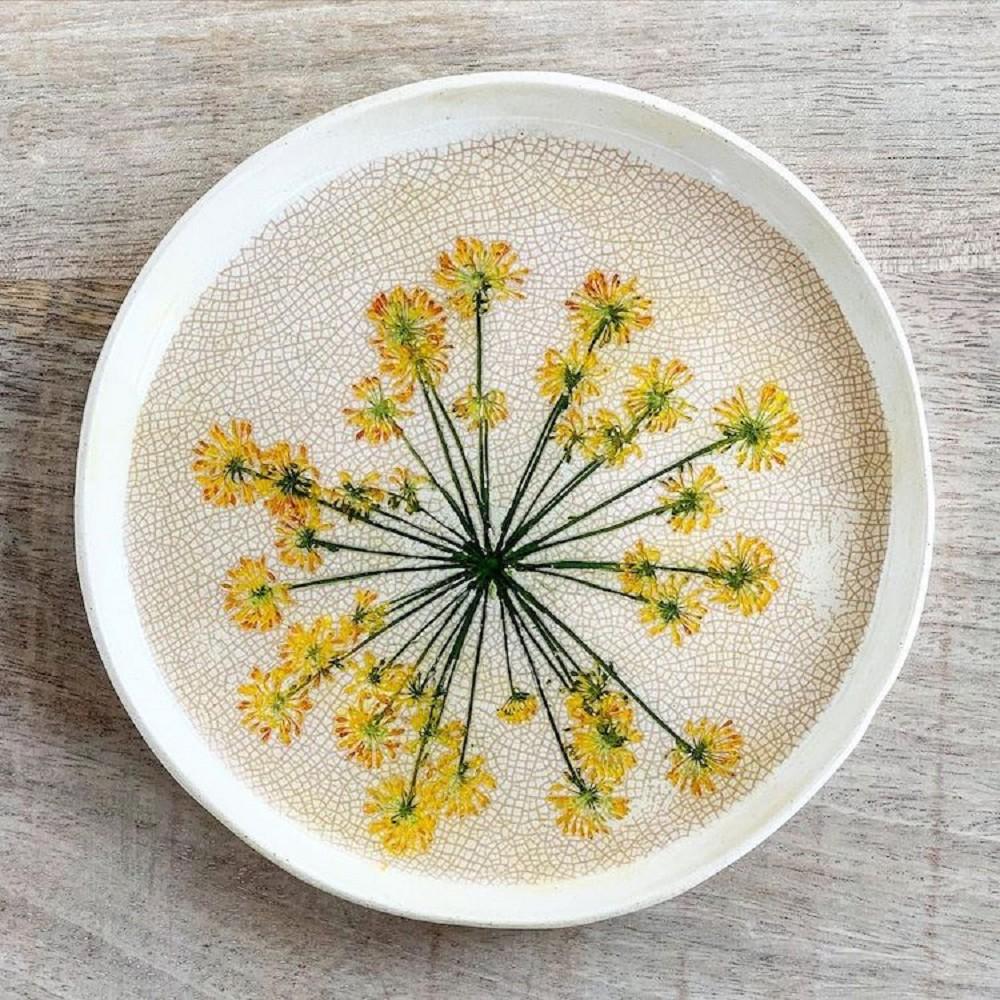 陶藝與押花的完美結合!阿聯酋藝術家Hessa Al Ajmani將花草美麗型態押印在陶器上