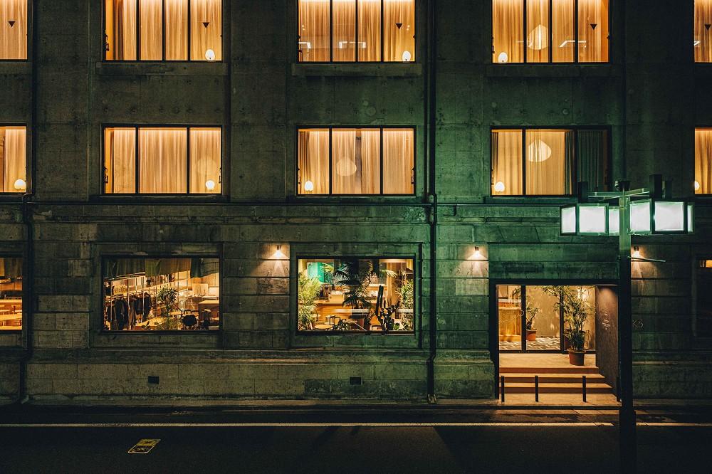 東京新設計旅宿「K5」!百年銀行老建築化身極簡風格旅館空間_02
