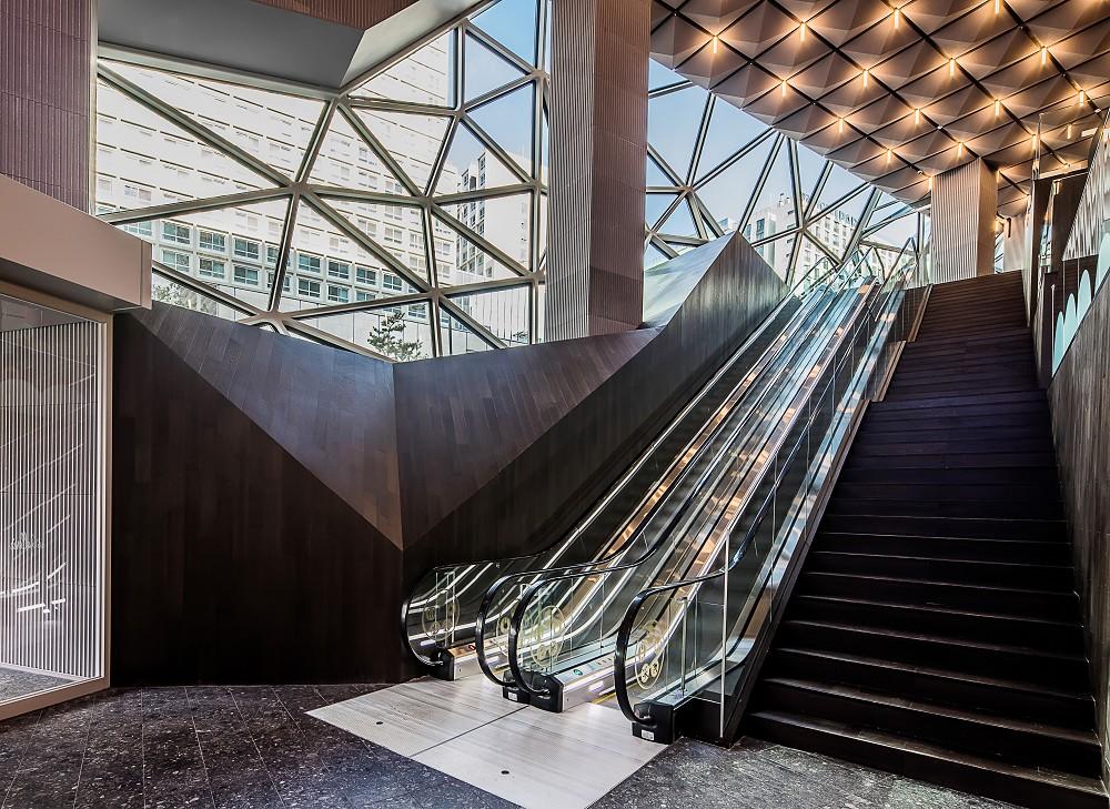 宛如城市中的璀璨寶石!OMA操刀首爾Galleria百貨光教店  多稜彩色玻璃立面、馬賽克石材成亮點_09