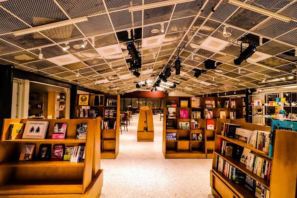 四四南村新文化實驗基地「PLAYground」!白天是擁有6千藏書有機書店、夜晚搖身新秀劇場
