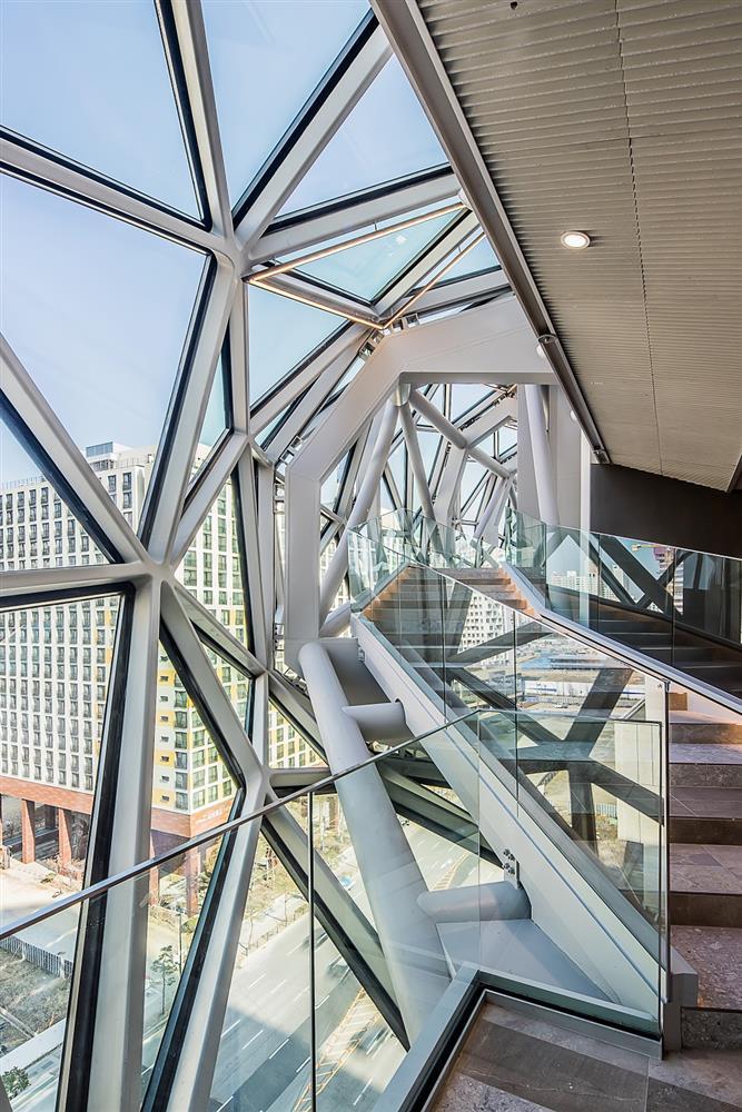 宛如城市中的璀璨寶石!OMA操刀首爾Galleria百貨光教店  多稜彩色玻璃立面、馬賽克石材成亮點_07