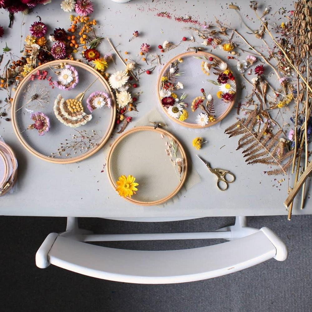 美得令人屏息!英國刺繡藝術家Olga Prinku將花草繡成美麗圖騰、抱枕燈罩全成藝術品_09