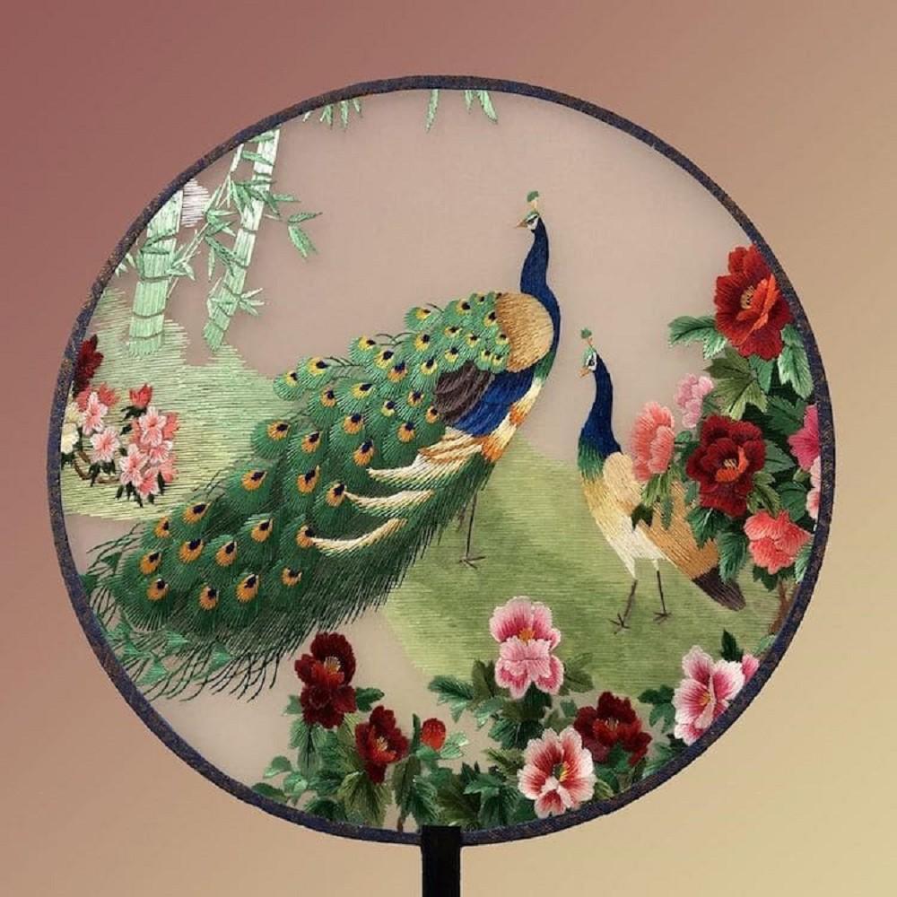 栩栩如生的絕美刺繡創作!多位中國藝術家展示盛開百合、飛鶴等精緻絲綢刺繡作品09