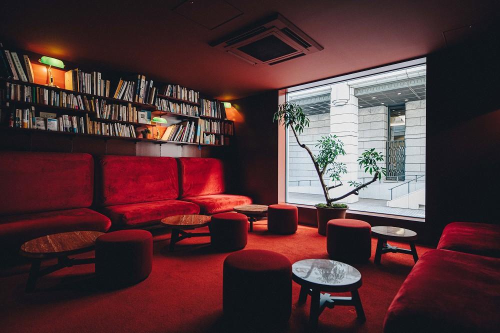 東京新設計旅宿「K5」!百年銀行老建築化身極簡風格旅館空間_11