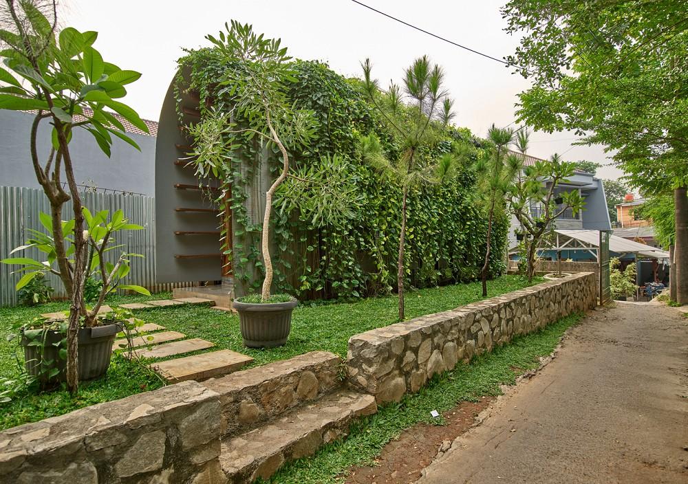 如花園般的夢幻共享建築!印尼Guha結合圖書館、牙科診所、住宅、設計事務所的綠意空間_02