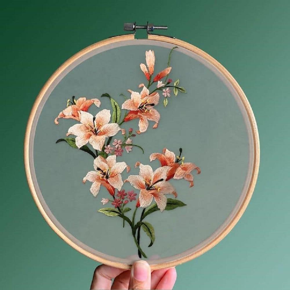 栩栩如生的絕美刺繡創作!多位中國藝術家展示盛開百合、飛鶴等精緻絲綢刺繡作品14