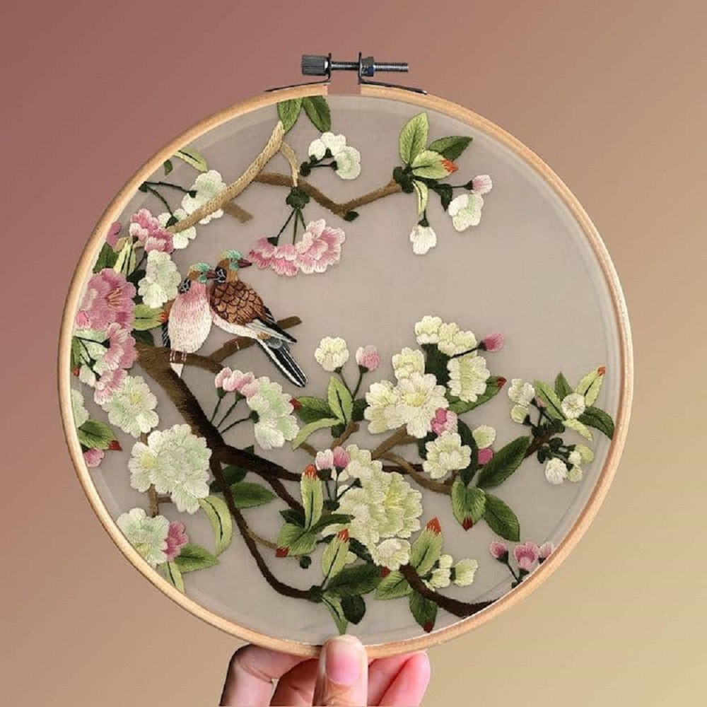 栩栩如生的絕美刺繡創作!多位中國藝術家展示盛開百合、飛鶴等精緻絲綢刺繡作品13