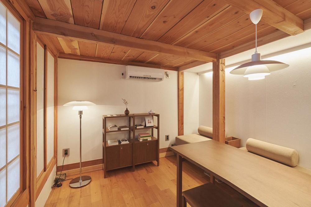 首爾西村清幽韓屋旅店OF.ONEBOOKSTAY!古樸庭院、溫潤木質構成的12坪老宅空間_15