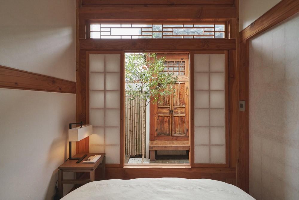 首爾西村清幽韓屋旅店OF.ONEBOOKSTAY!古樸庭院、溫潤木質構成的12坪老宅空間_16
