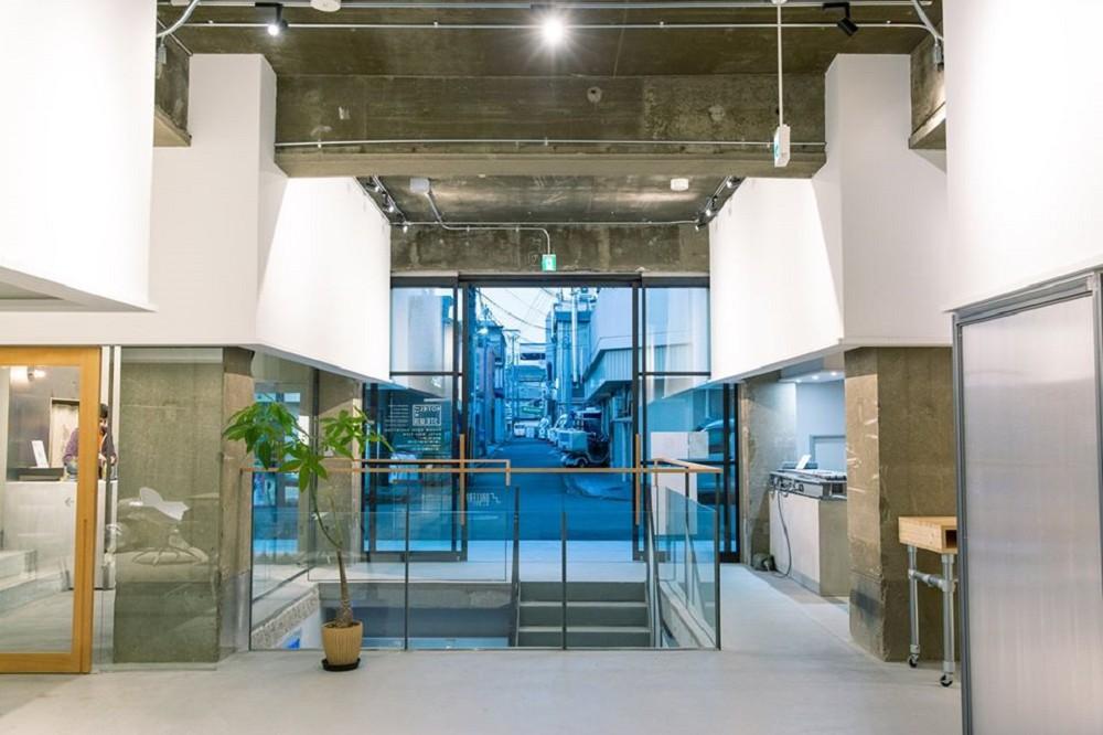 京都質感旅宿新選「KANGAN HOTEL」!傳統市場舊舍化身極簡工業風空間、 與藝術家共享公寓新模式