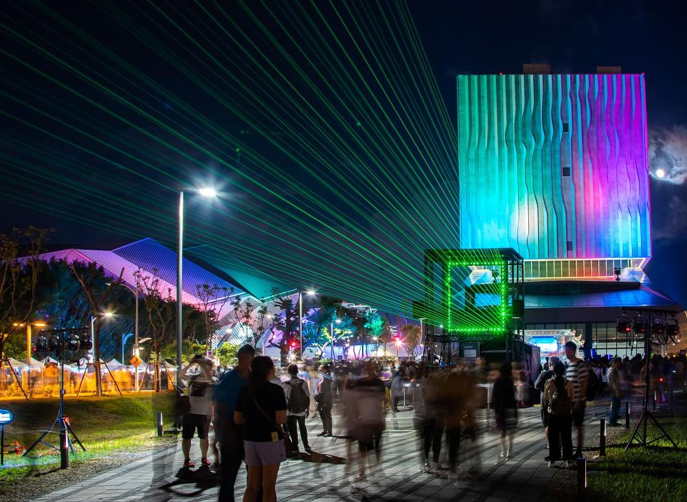 「思念是一首歌」配合台北流行音樂中心的建築外觀燈光秀,象徵將流行音樂中的無限思念向天際投射。