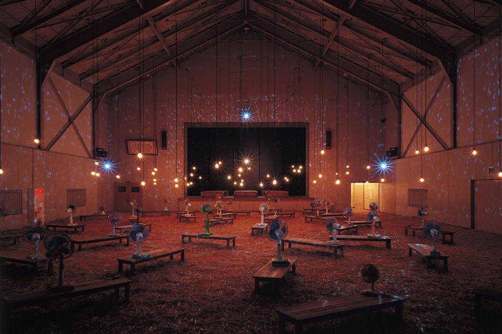 Christian Boltanski+Jean Kalman在大地藝術祭的作品〈最後的教室〉。建築的前身為1997年廢校的十日町市立東川小學校。兩位藝術家在幽微的空間中,透過光影、震動與風扇等手法,營造出學生曾在此生活過的氣息。
