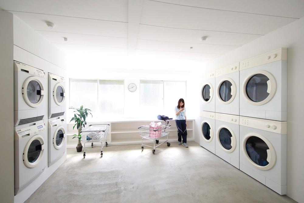 Leandro Erlich在瀨戶內國際藝術祭的〈島上的小店〉計畫。播放著洗衣影像的洗衣機跟實際運轉中的洗衣機虛實交錯,善用視覺錯覺的藝術家以自助洗衣店為意象進行的創作。