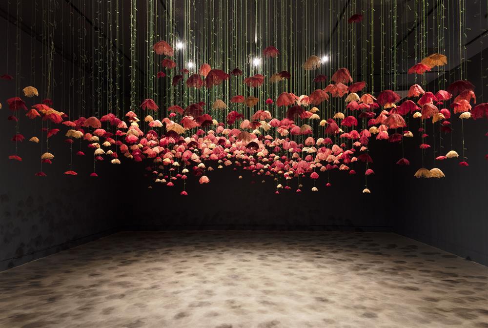 彷彿一吹即散的「線畫」!加拿大藝術家將平面刺繡變身夢幻立體錦簇花團!_01