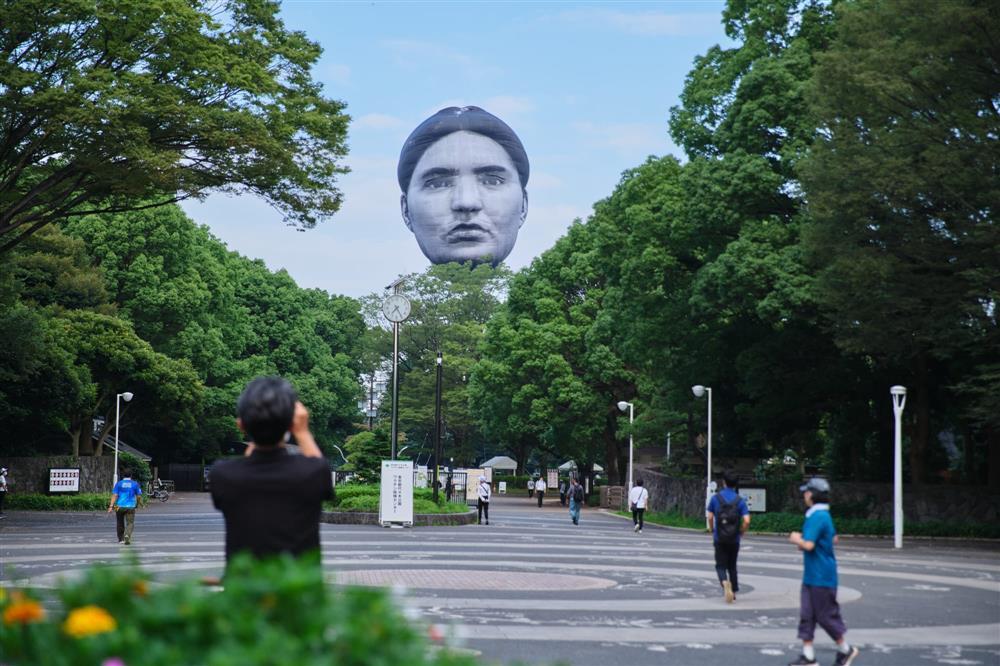 東京上空巨大人臉「まさゆめ」現身
