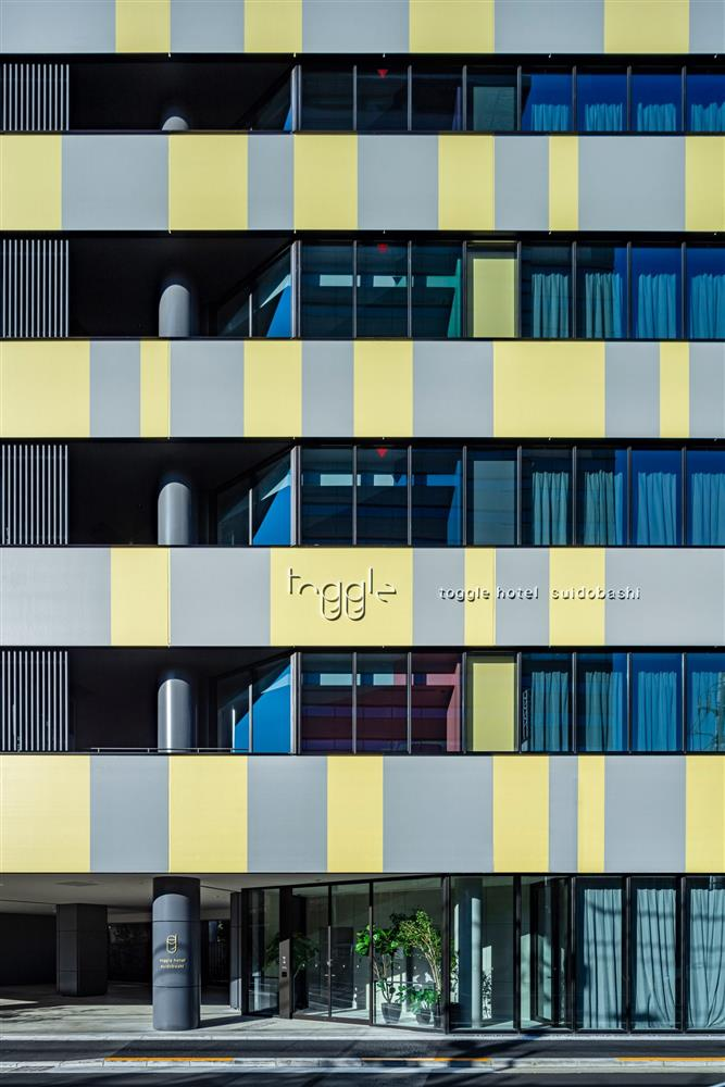 toggle-hotel-tokyo-klein-dytham-architecture-two-tone-colourful_dezeen_2364_col_13-scaled